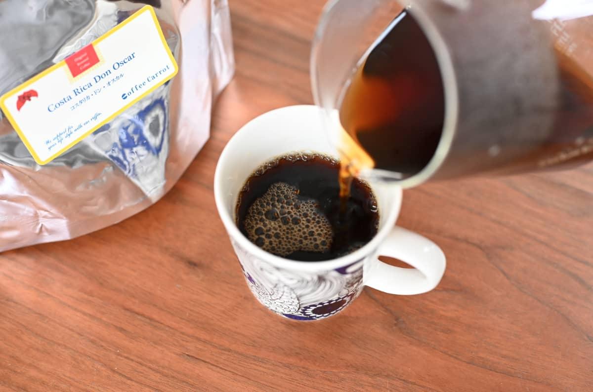 珈琲きゃろっと『コスタリカ ドン・オスカル』マグカップに注ぐ
