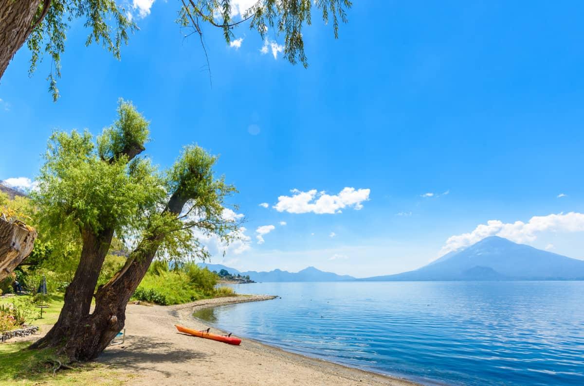 土居珈琲『グァテマラ アティトラン・ブルーレイク』コーヒー豆 アティトラン湖の風景