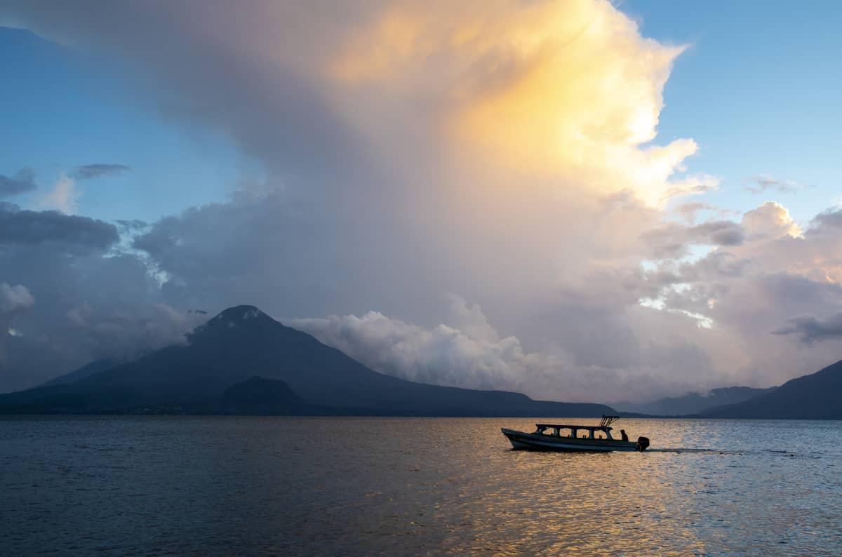 土居珈琲『グァテマラ アティトラン・ブルーレイク』コーヒー豆 アティトラン湖の風景 夕暮れ ボート