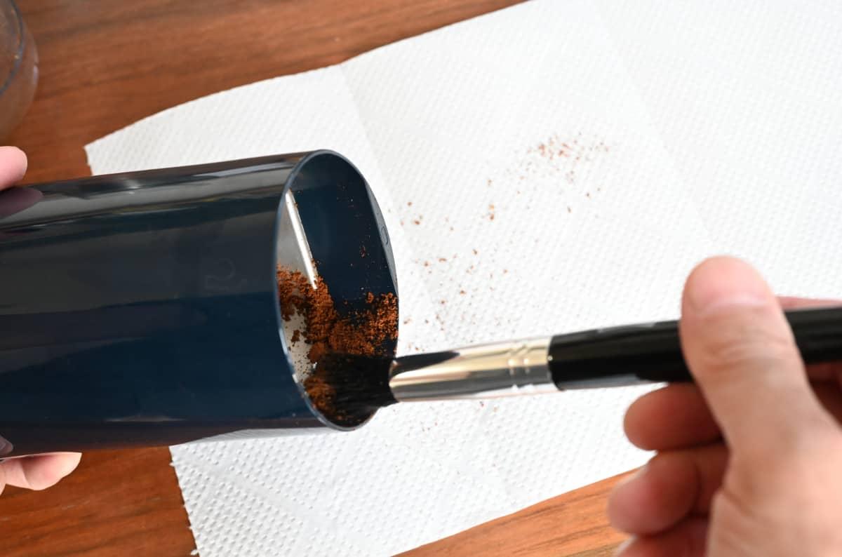 電動コーヒーミル メリタ バリエ・シンプル 使ってみた ブラシで掃除 コーヒー粉を掃き出す