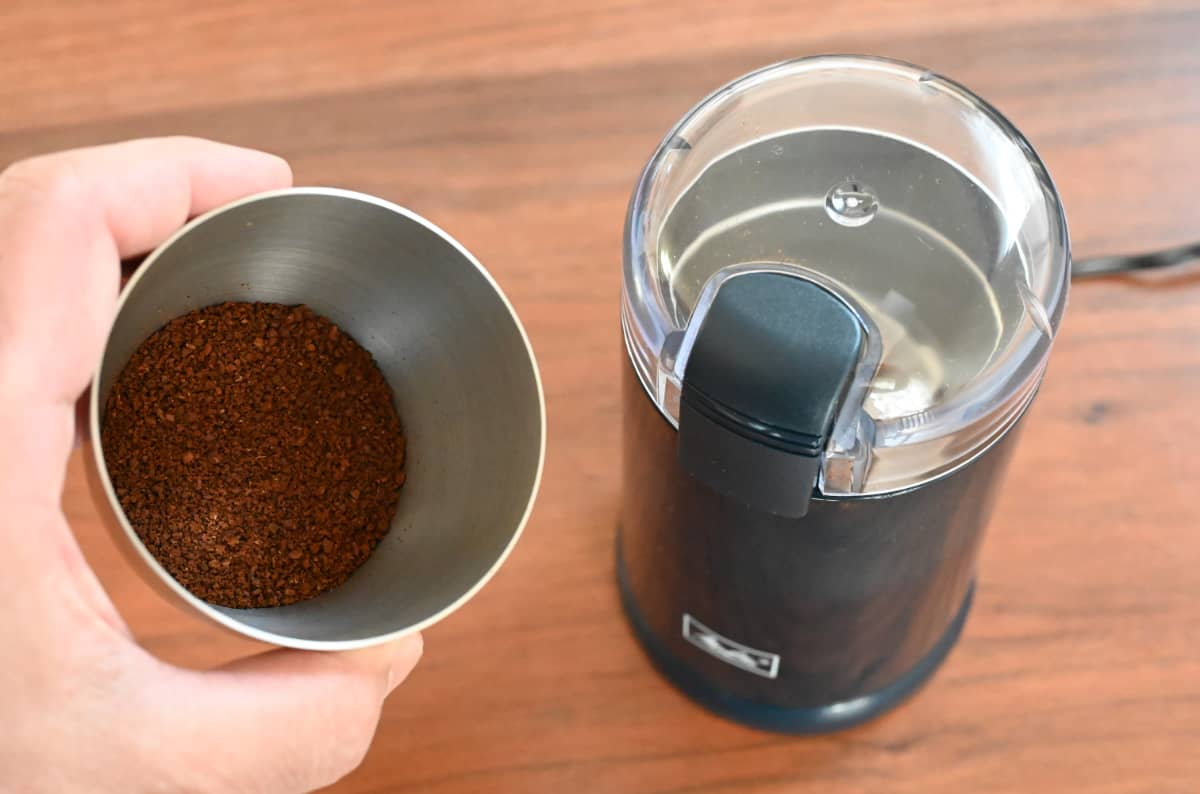 電動コーヒーミル メリタ バリエ・シンプル 使ってみた 挽き終わって容器にコーヒー豆を移す