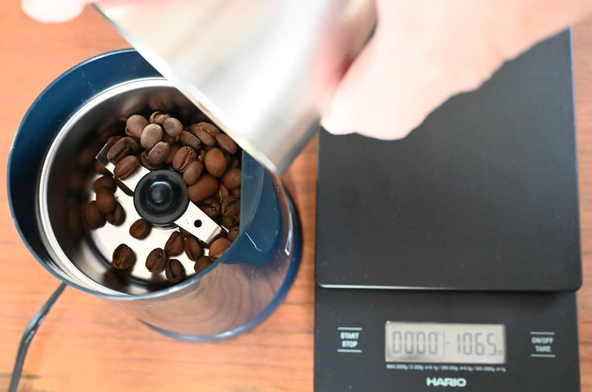 電動コーヒーミル メリタ バリエ・シンプル 使ってみた ホッパー部にコーヒー豆を入れる